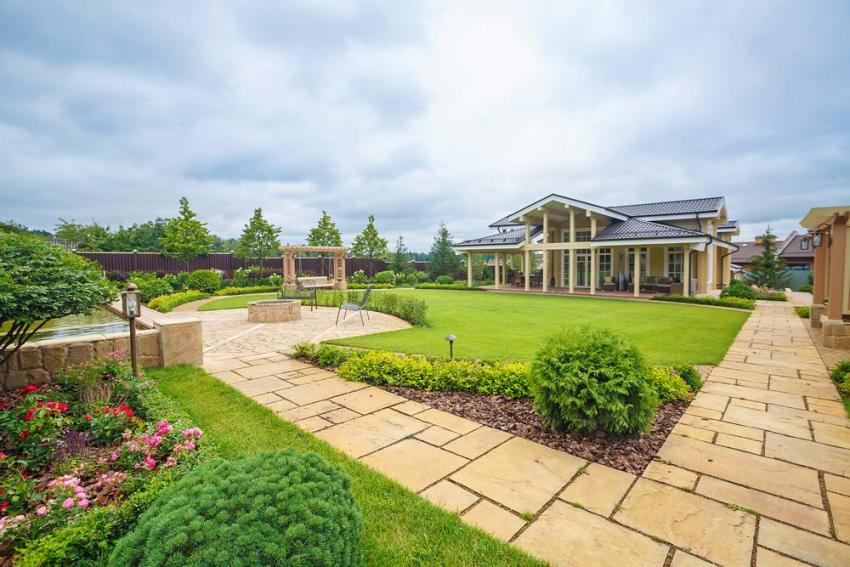 Регулярный сад с летним домом